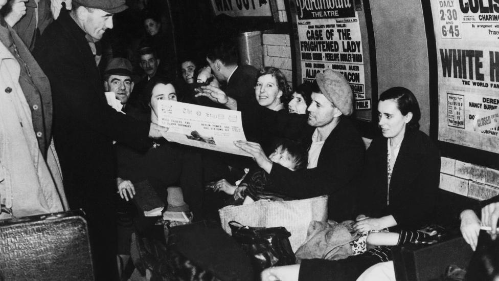 Londinenses en un túnel de una estación de metro durante la Segunda Guerra Mundial