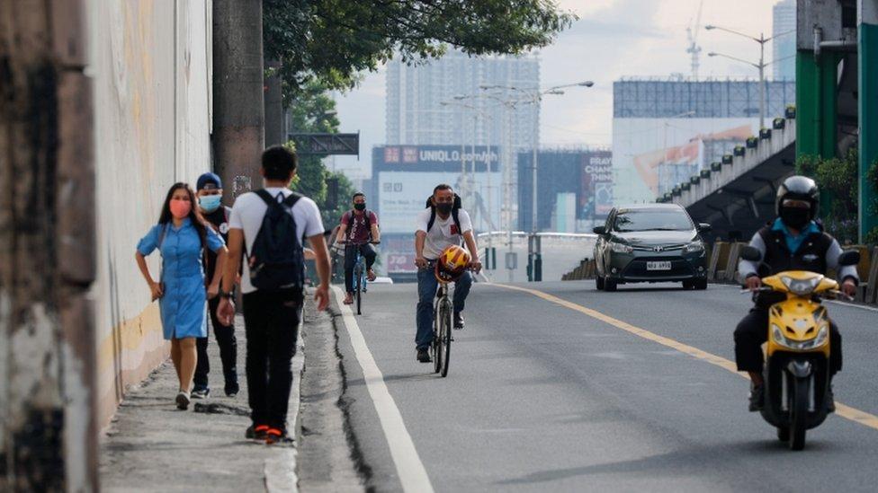 Manila'da halk yalnızca zaruri gıda alışverişi ve egzersiz için dışarı çıkabilecek.