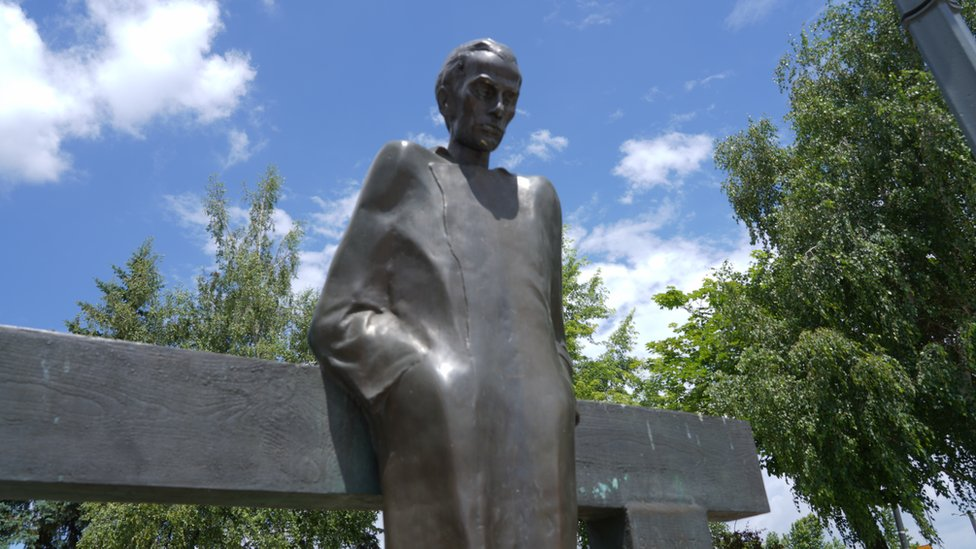 Spomenik mađarskom pesniku Miklošu Radnotiju ispred Doma zdravlja u Boru