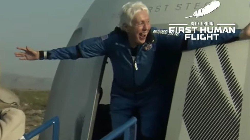 Wally Funk al aterrizar con el cohete New Shepard