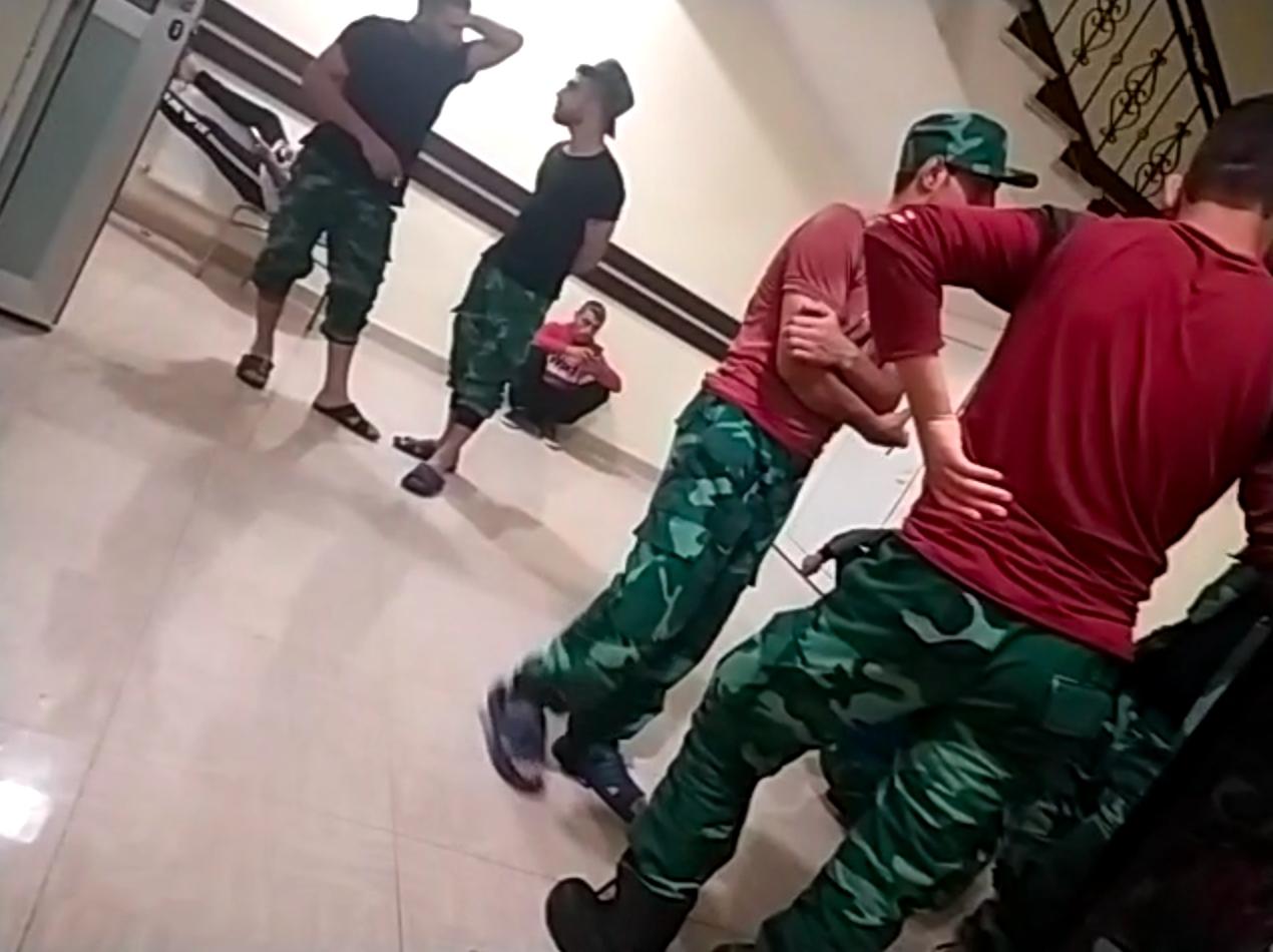 لقطة على ما يبدو لمقاتلين سوريين في ثكنة في جنوب غرب أذربيجان وهم يرتدون زي حرس الحدود الأذربيجاني