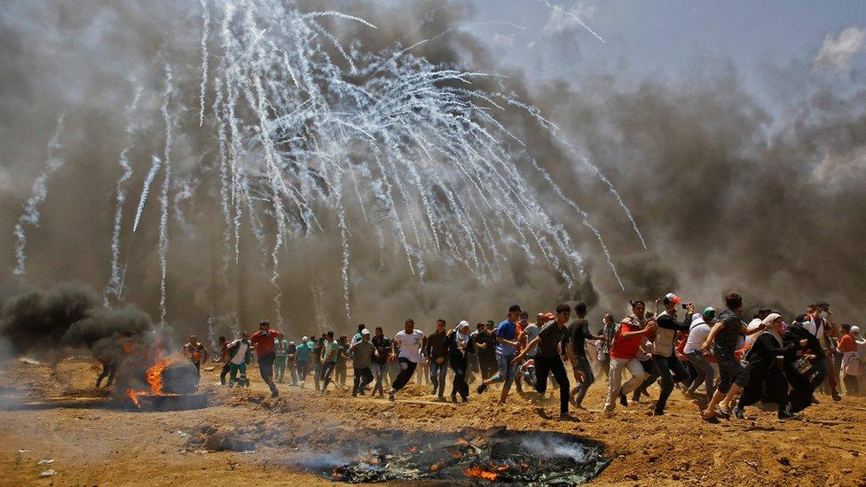 Palestinci beže od suzavca koji su bacile izraelske snage