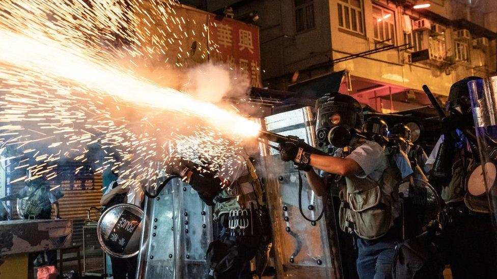 香港九龍深水埗防暴警員發射催淚彈驅散示威者(14/8/2019)