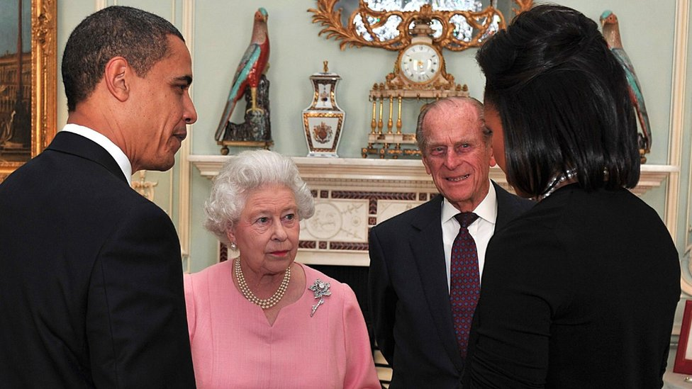 US President Barack Obama and his wife, Michelle Obama talk with Queen Elizabeth II and Prince Philip, Duke of Edinburgh at a reception at Buckingham Palace on April 1, 2009 in London, England.