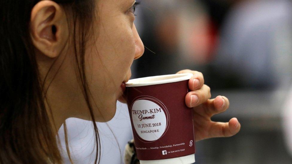 أكواب قهوة تحمل اسمي الزعيمين في سنغافورة