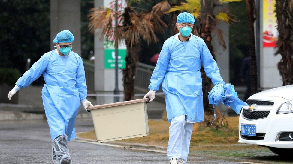 Personal médico en Wuhan.