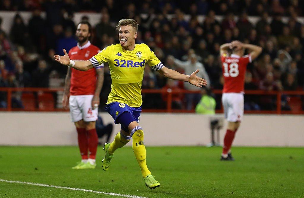 Ezgjan Alioski, del Leeds, celebra un gol.