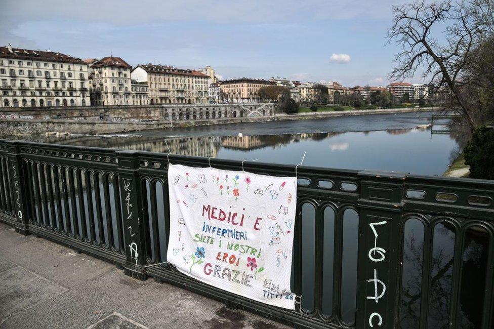 """""""Los médicos y las enfermeras son nuestros héroes, gracias"""", dice un cartel colgado del puente Vittorio Emanuele de Turín el 16 de marzo de 2020."""