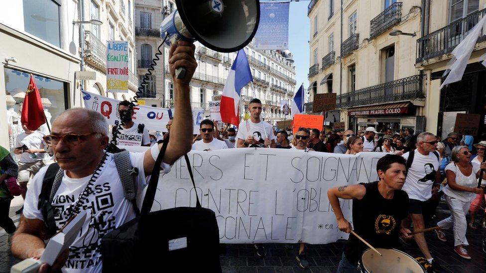 Radnici u zdravstvu i vatrogasnim službama protestovali su prošlog meseca zbog uvođenja kovid propusnica