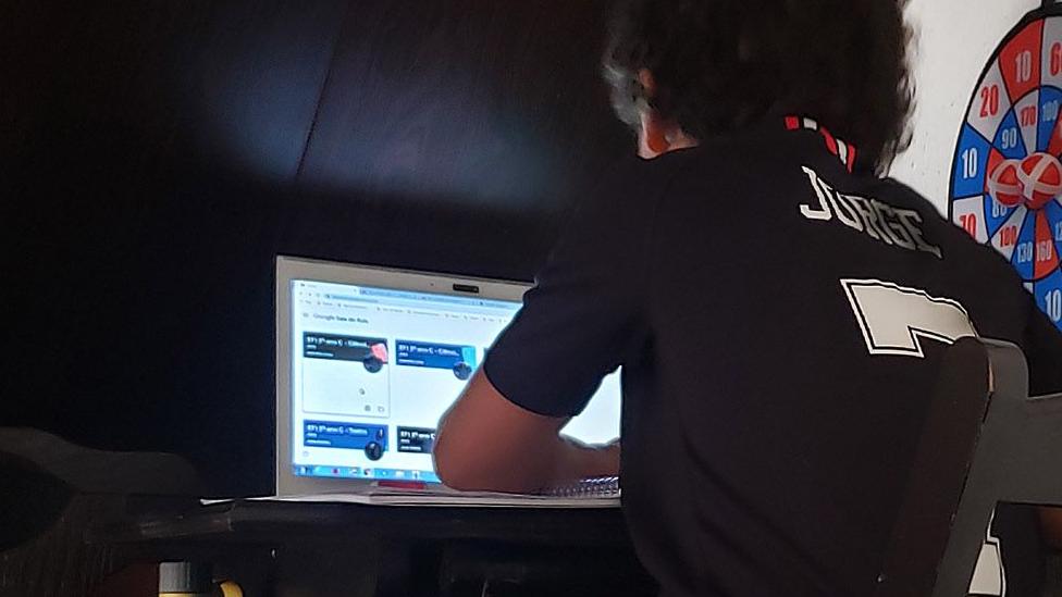 Estudante fazendo aula online
