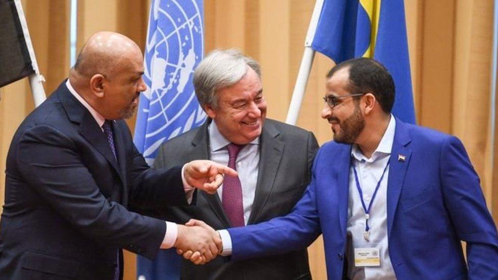 ممثل الحكومة اليمنية المعترف بها دوليا وممثل الحوثيين يتصافحان في ختام جولة تفاوض