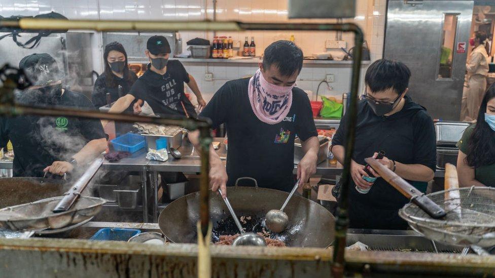 Los manifestantes se alimentan de la comida que hay en la cafetería de la universidad pero se están quedando sin provisiones.