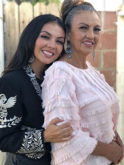 Lupita Infante junto a su madre.