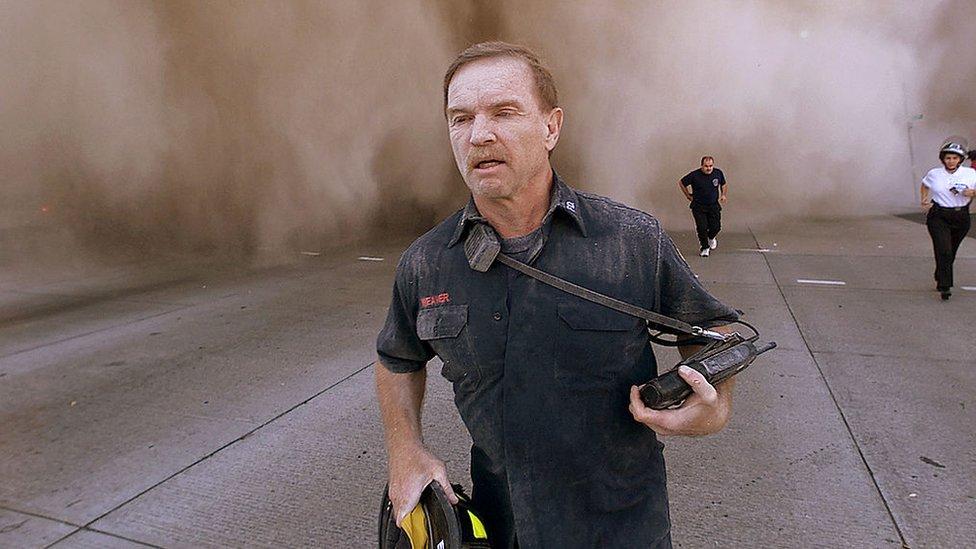 Un bombero escapa de la zona cero de Nueva York.