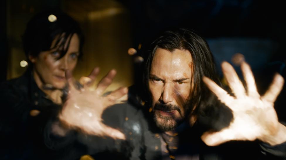 Carrie-Anne Moss y Keanu Reeves en The Matrix Resurrections