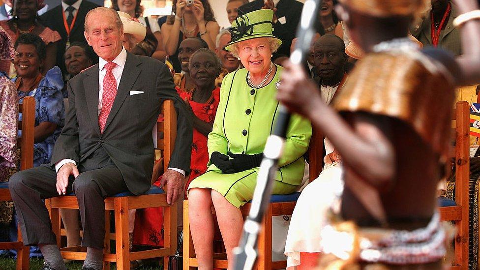 الملكة إليزابيث الثانية والأمير فيليب يشاهدون عروض الأطفال اليتامى في أوغندا عام 2017