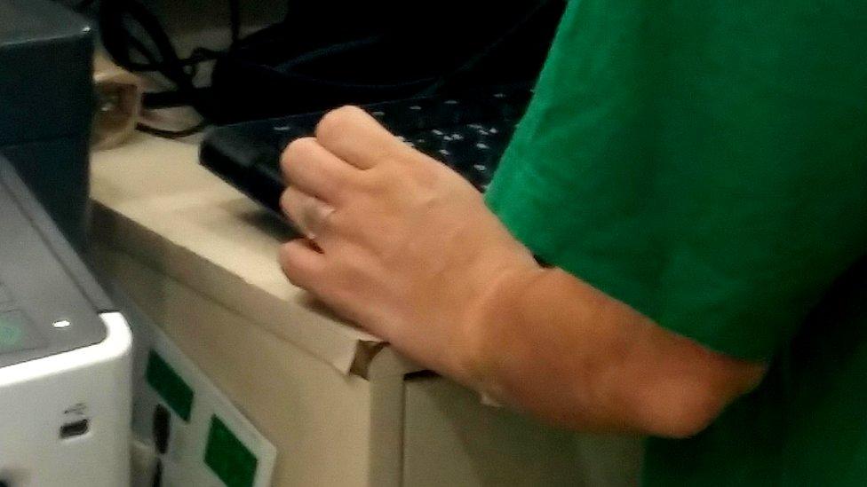 Esparadrapo esconde los tatuajes de una trabajadora