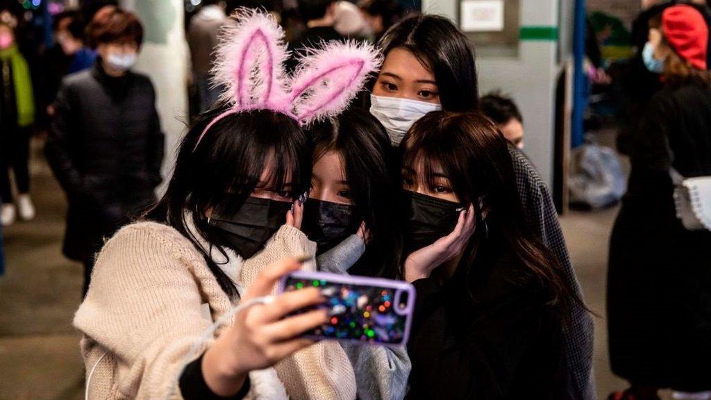 فتيات صينيات يلتقطن صورة سيلفي لهن