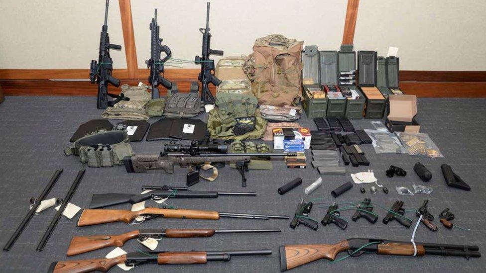 أسلحة وذخائر