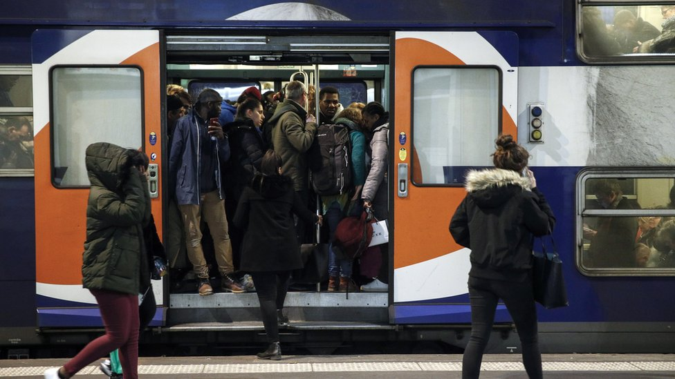 巴黎里昂車站乘客設法擠上一趟滿座的通勤列車(20/12/2019)