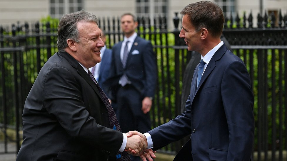 US Secretary of State Mike Pompeo shakes hands with UK Foreign Secretary Jeremy Hunt in London (8 May 2019)