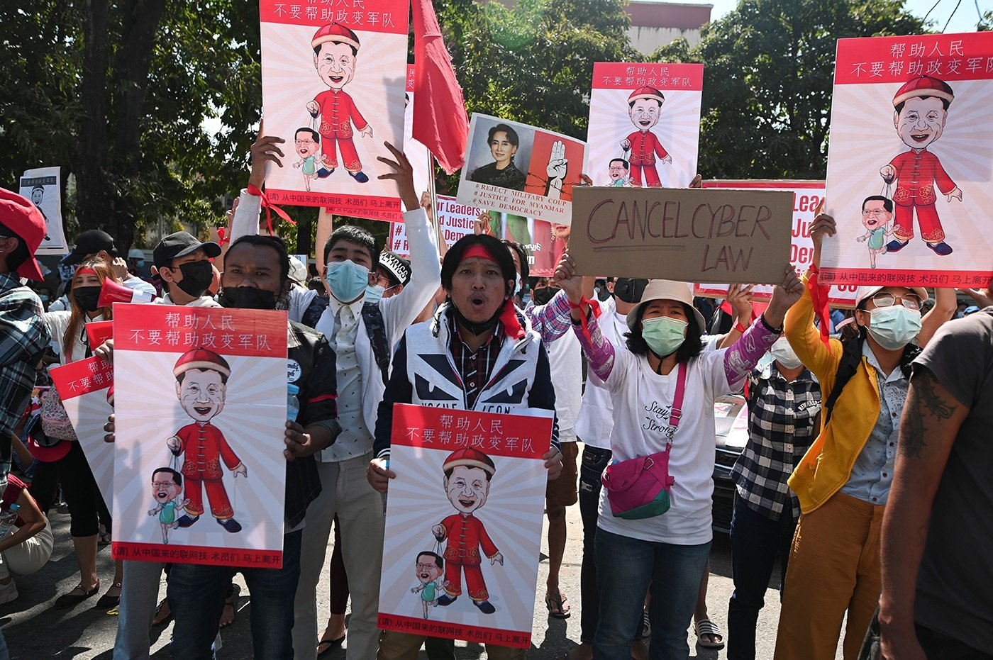 成百上千的緬甸反政變示威者在中國駐該國大使館前示威。