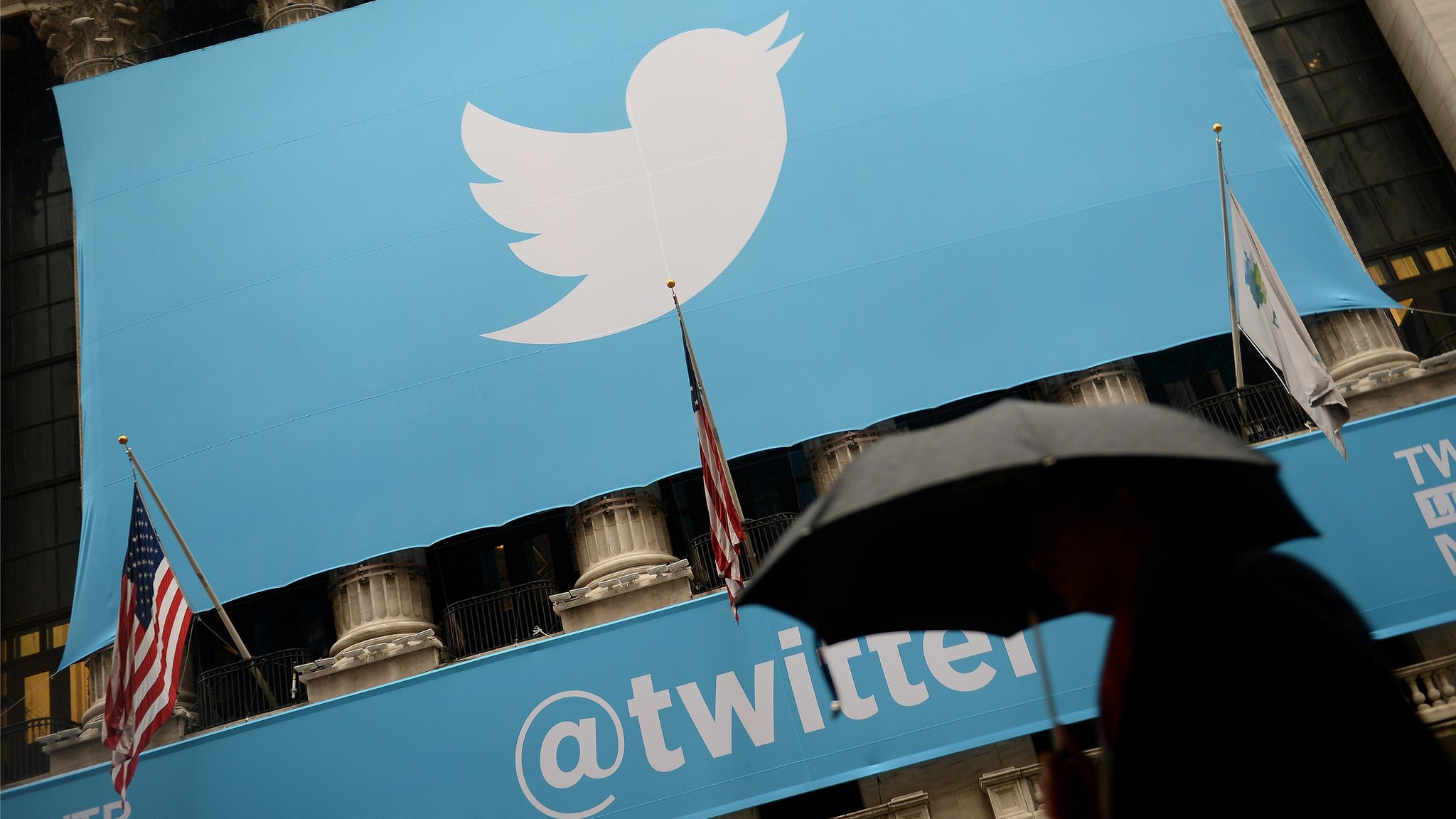 Twitter sees monthly user growth stall