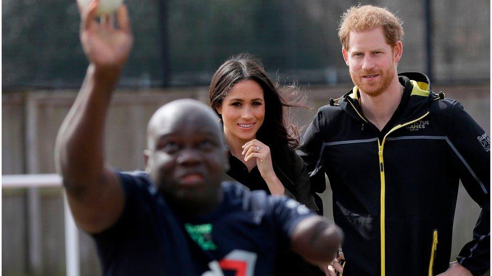 Meghan Markle y Harry con un atleta paraolímpico.