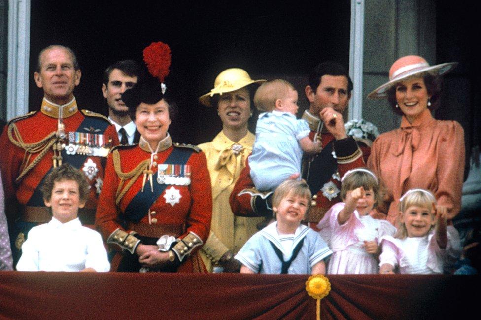 أمير ويلز تشارلز مع زوجته الأميرة الراحلة ديانا، والأميران هاري ووليام، ودوق إدنبره، والأمير إدوارد، والملكة إليزابيث الثانية والأميرة آن على شرفة قصر باكينغهام، في لندن لمشاهدة عرض جوي
