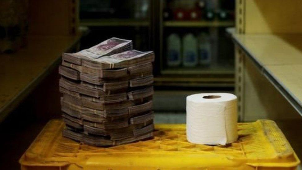 Uang yang dibutuhkan untuk membeli tisu di Venezuela.
