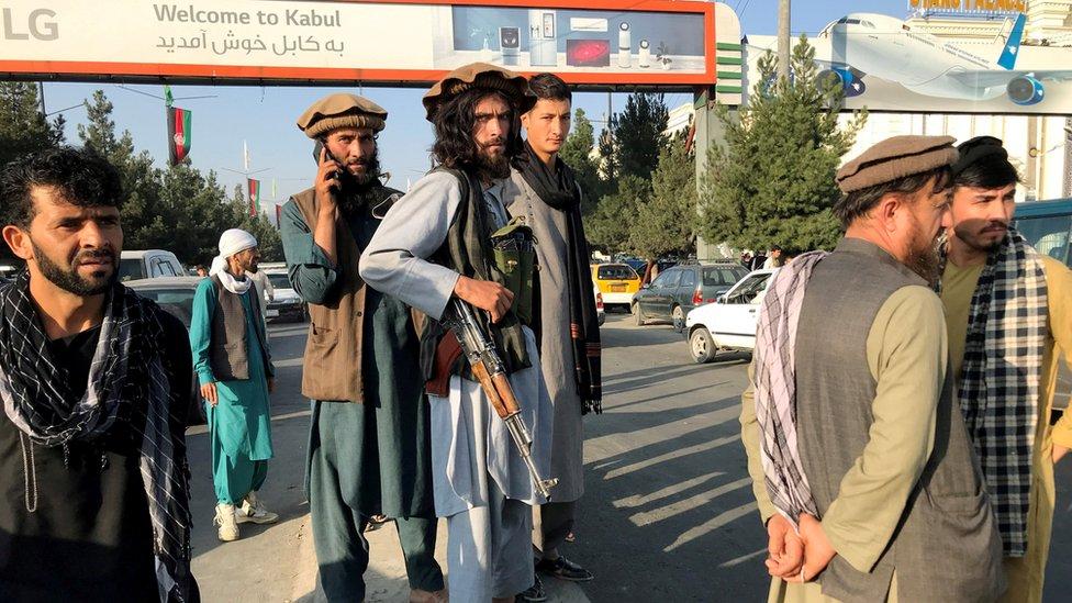 Militantes talibanes a las afueras del aeropuerto de Kabul este lunes.