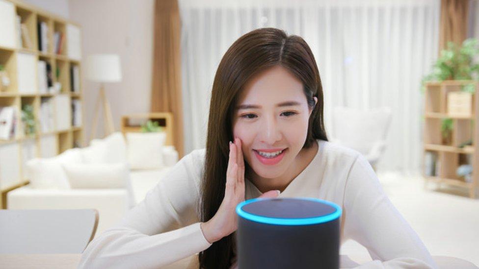 Mujer hablando con Alexa