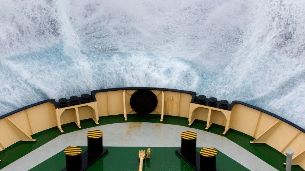 Barco brasileño navegando en el Paso de Drake.