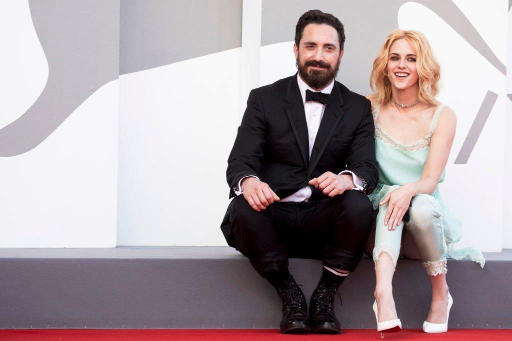 """الممثلة الأمريكية كريست ستيوارت والمخرج التشيلي بابلو لارين خلال افتتاح فيلم """"سبنسر"""" عن حياة الأميرة ديانا"""