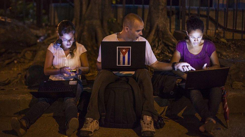 gente usando internet en Cuba