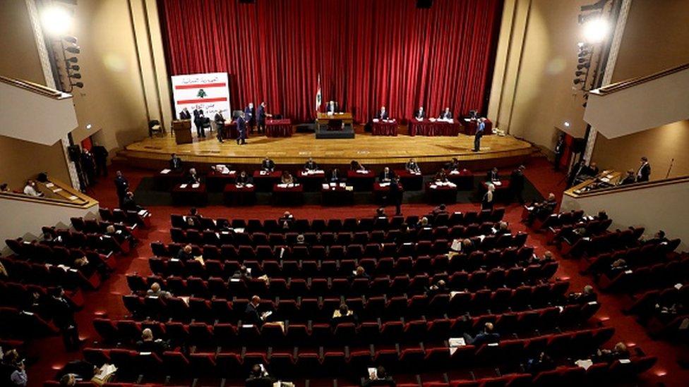 21 Nisan'daki toplantı bir tiyatro salonunda yapıldı