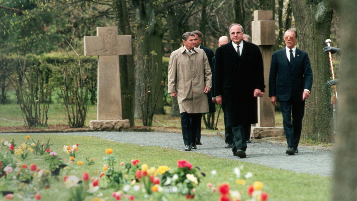 1985年5月,美國總統羅納德·里根與德國總理赫爾穆特·科爾一起參觀西德比特堡公墓。