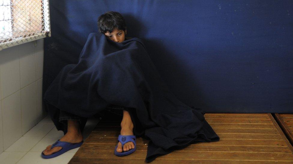 Un niño en la estación migratoria Siglo 21