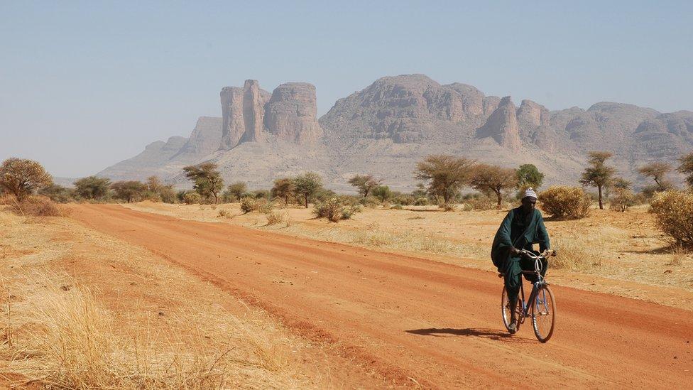 Hombre maliense en bicicleta en el desierto del Sahara en 2005.