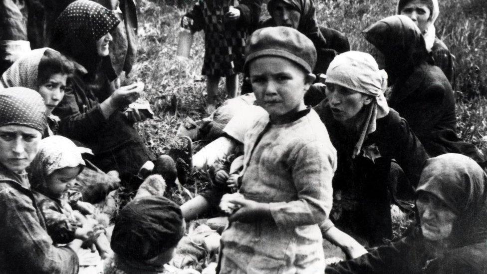 Una niña judía húngara con sus familiares en Auschwitz