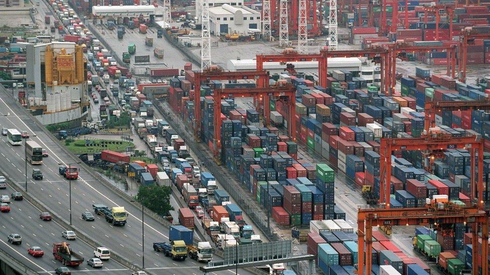 強烈熱帶風暴黑格比迫近香港下葵涌貨櫃碼頭擠滿趕著交收集裝箱的卡車(11/9/2002)