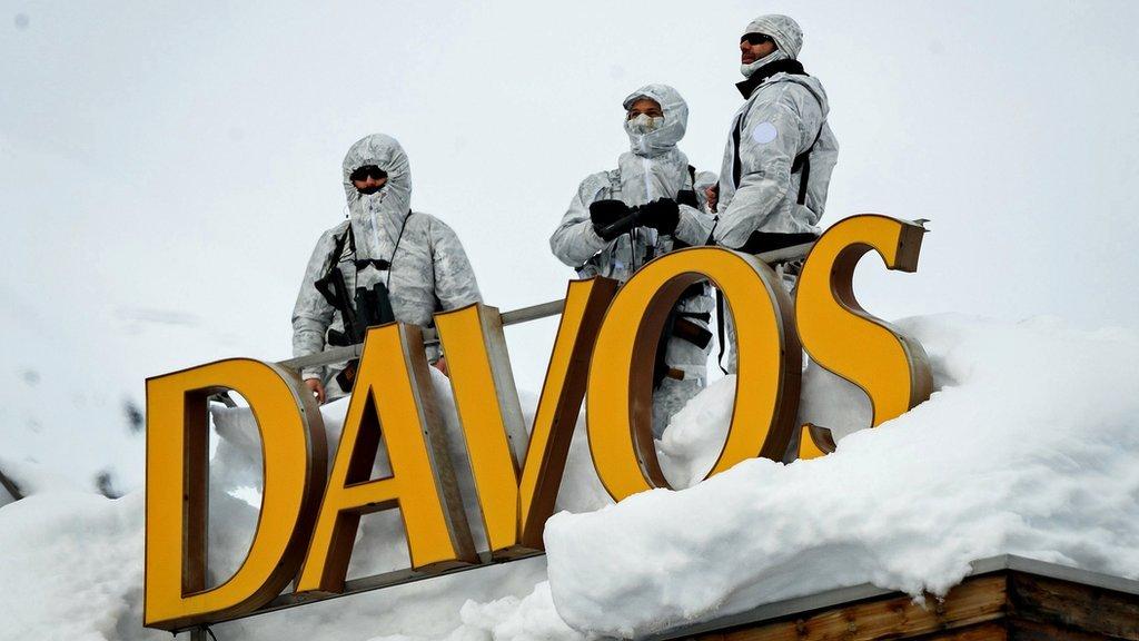 Personal de seguridad armado en el tejado de un hotel, detrás de las letras