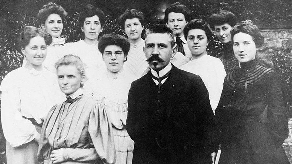 Marie Curie, Paul Langevin y un grupo de mujeres en 1910.