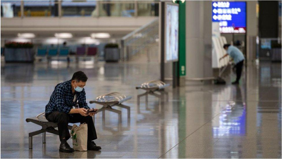 香港國際機場受到新冠病毒疫情的影響而人聲稀少。