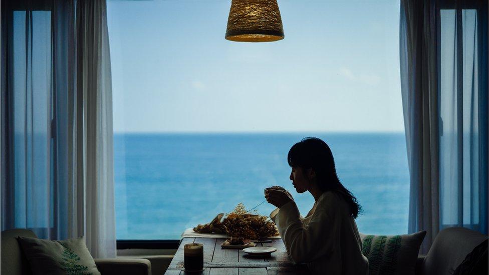 Mujer en Corea del Sur tomando café