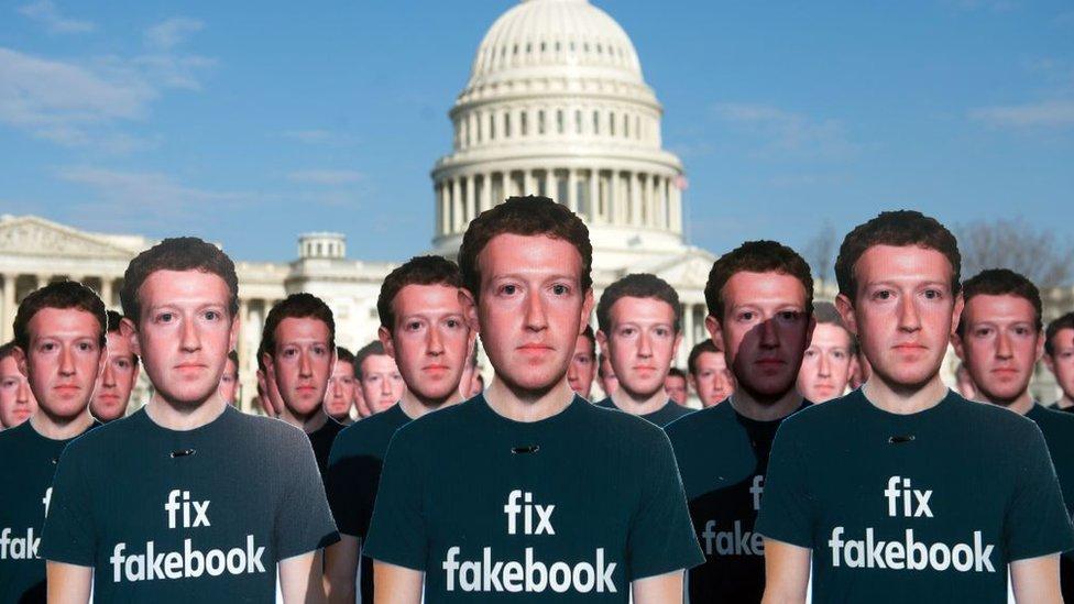 Manifestantes con imágenes de Mark Zuckerberg pidiendo que se arregle Facebook.