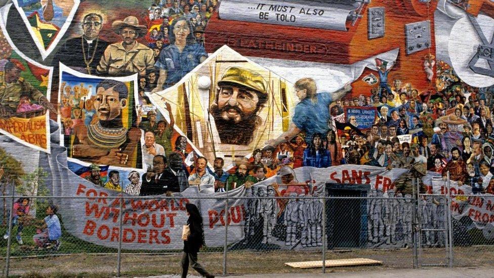 Imagen de Fidel Castro en un muro de Nueva York, entre otros murales