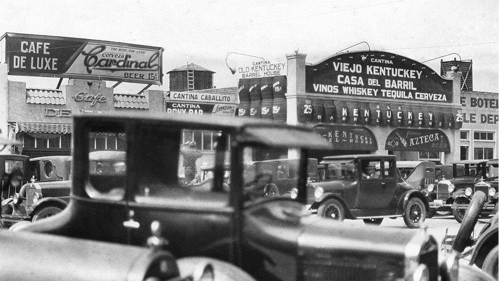 Calle principal de una ciudad mexicana cercana de la frontera con EE.UU. que durante los fines de semana durante la prohibición de 1920-1933 se inundaba de visitantes estadounidenses.