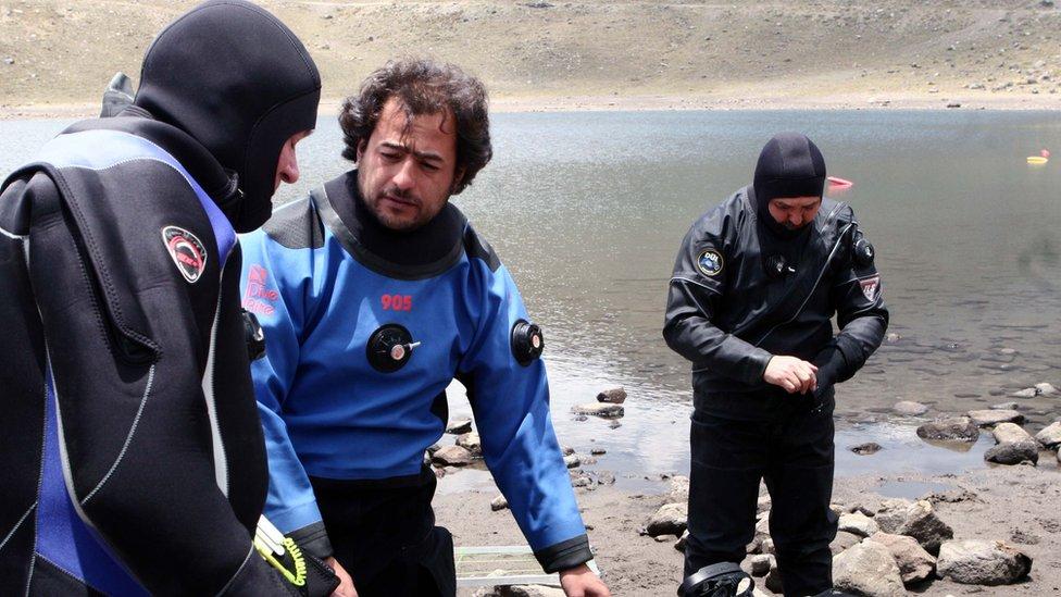 Roberto Junco junto a un equipo de arqueólogos.