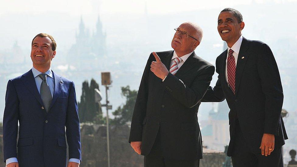التقى أوباما فاتسلاف كلاوس (في الوسط) والرئيس الروسي ديمتري ميدفيديف (يسار) في براغ عام 2010